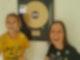 Elisa und Daniela mit ihrer Goldenen Schallplatte